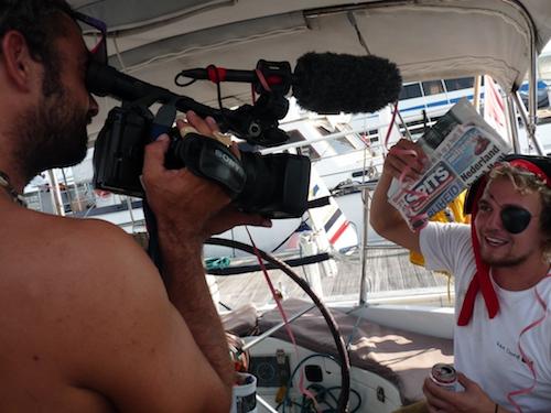 Florian en Arjen met krant en camera.