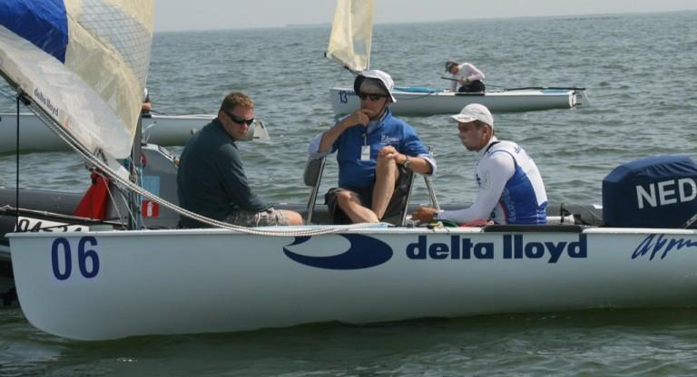 Foto's: wachten op wind bij Delta Lloyd Regatta