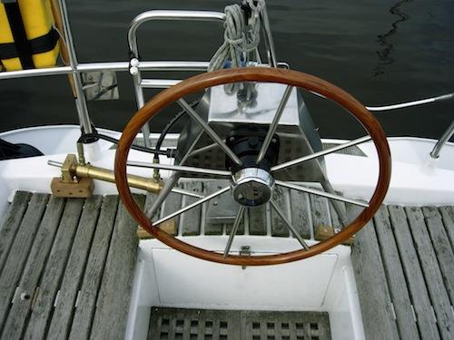 Stuurwiel achterop geplaatst: ruimte in de kuip