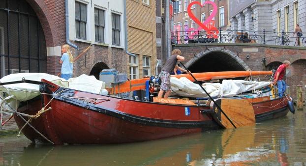 Skutsje zeilt 4 ton rum melasse naar Roermond