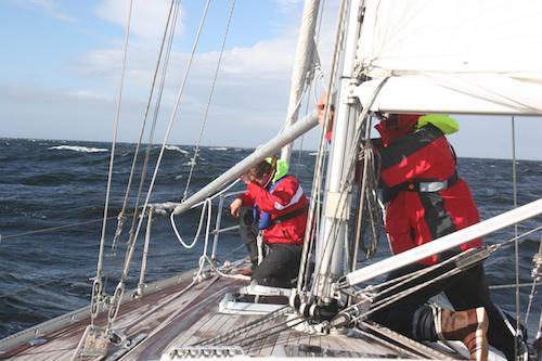 Rustig en veilig voor de wind varen op hoge zee
