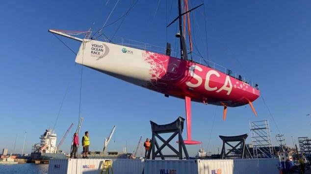 VOR schip van Team SCA ligt in het water