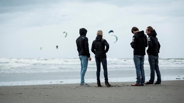 Zes kitesurfers non-stop de Atlantiche oceaan over