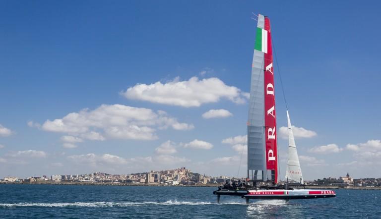 Luna Rossa traint met twee vliegende catamarans