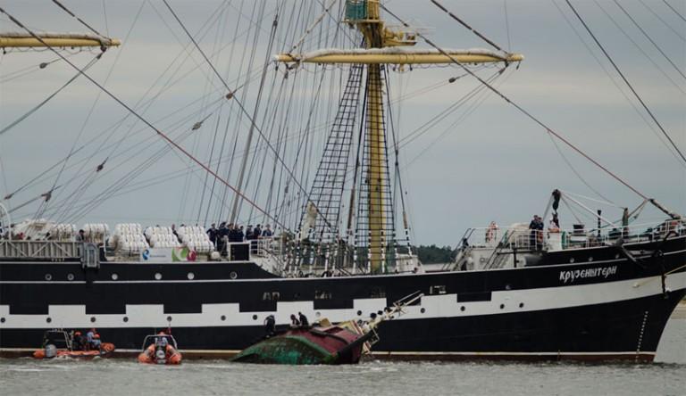 Tall Ship Kruzenshtern brengt sleepboot tot zinken