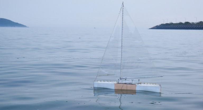 Zeilrobot met zelfsturende romp ruimt op