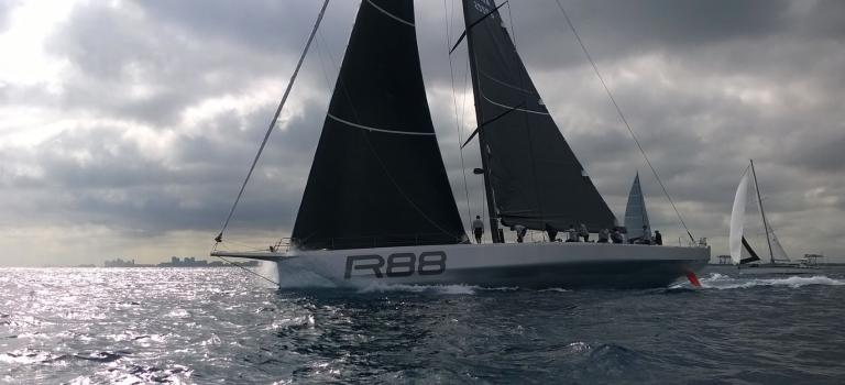 Nieuwe Supermaxi R88 zeilt eerste wedstrijd
