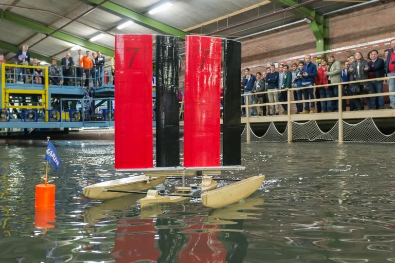 Modelboten kantelen tijdens MARIN's Ontwerp- en Zeilwedstrijd