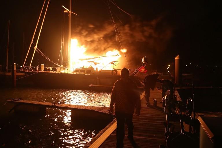 Brand op zeiljacht in IJmuiden