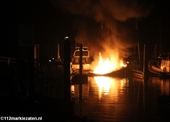 Brand op zeilboot in haven van Stavenisse