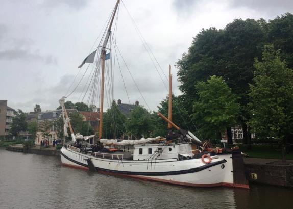 Tjalk vaart tegen brug: schipper gewond