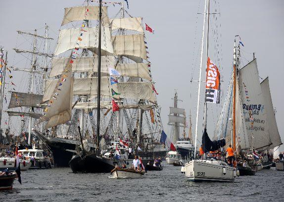 Bonte vloot tijdens Sail In (video)