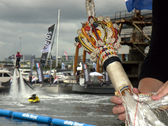 Carolijn Brouwer opent Hiswa te Water vanaf flyboard