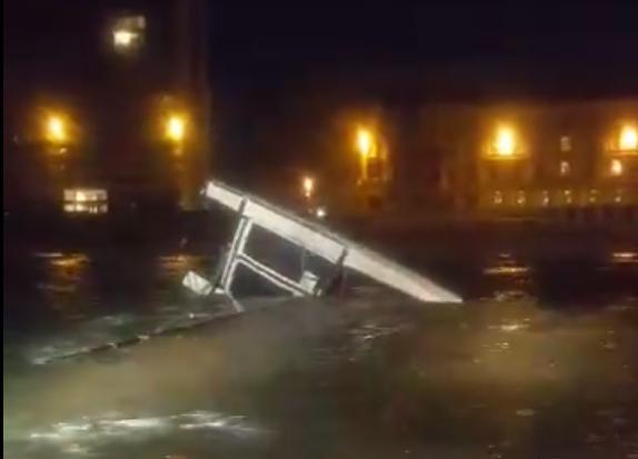 Opvarende omgeslagen catamaran zwemt vier uur naar kust