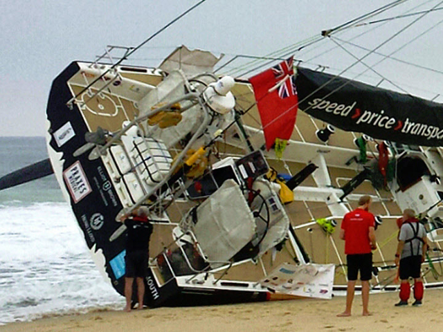 Boot van Clipper Race vaart op een zandbank