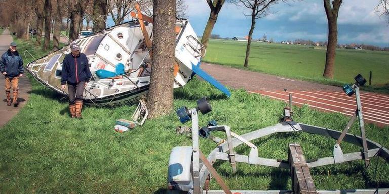 Zeiljacht valt van trailer tijdens het rijden