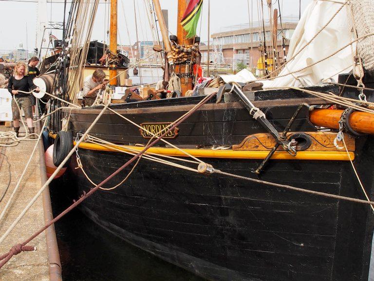Zeilend vrachtschip Nordlys terug naar zee