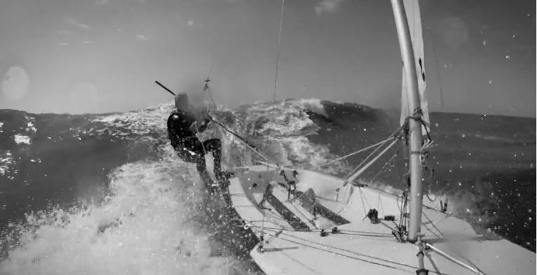 Contender surft van de golven bij Zeilvereniging Noordwijk