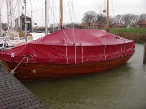 Het is helemaal mooi als de boot geheel is afgedekt met een op maat gemaakt en goed sluitend dekzeil.