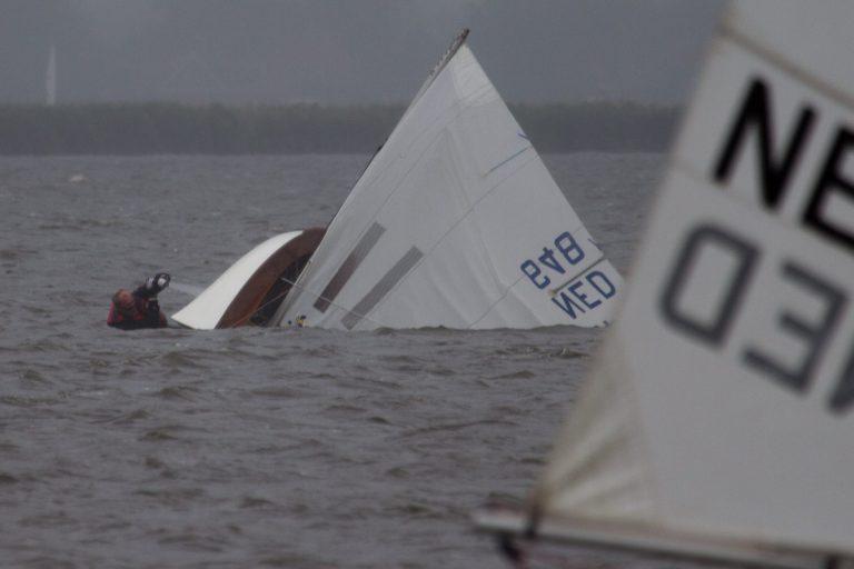 Hard zeilen en omgeslagen boten op de Sneekweek