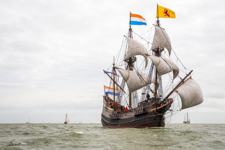 VOC-replica Halve Maen zeilt door Nederland