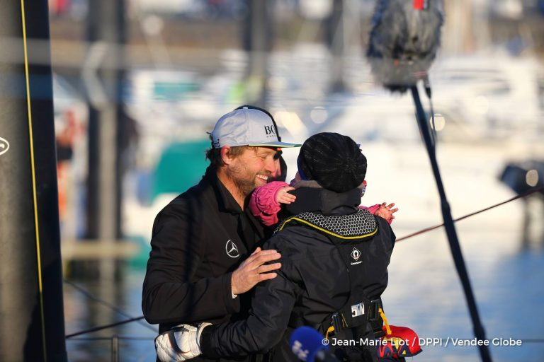 Aankomst van Alex Thomson in Les Sables d'Olonne