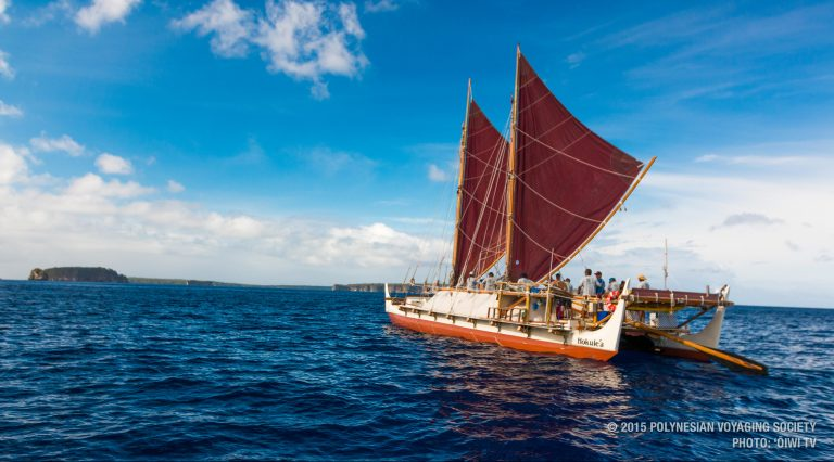 Polynesische kano volbrengt wereldomzeiling