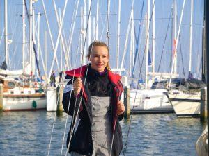 Laura Dekker aan boord van de Mini 6.50.