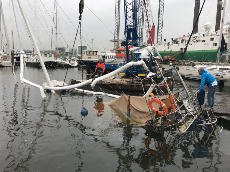 Droomboot gaat in haven ten onder