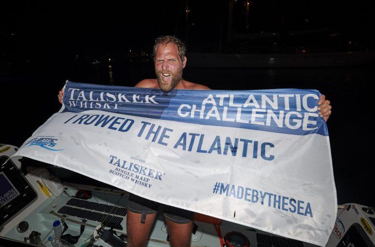 Mark Slats' zelfgebouwde roeiboot is te water gelaten (met video)