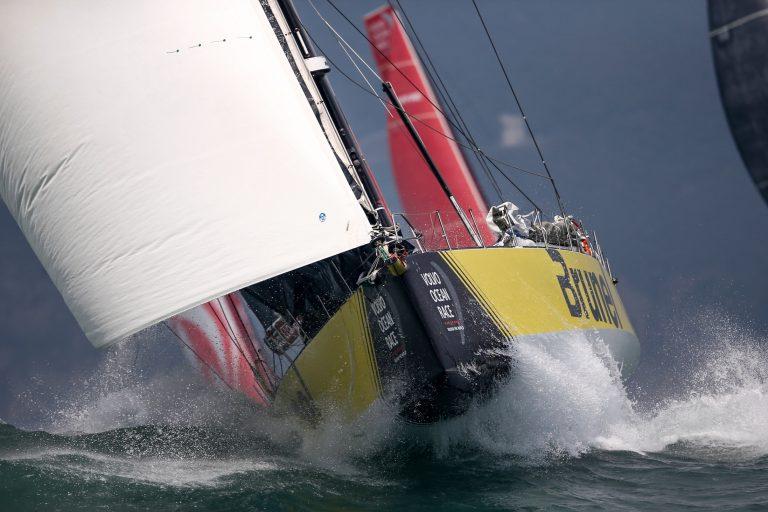 Nieuwe zeilen voor Team Brunel – Bouwe Bekking voor etappe 6