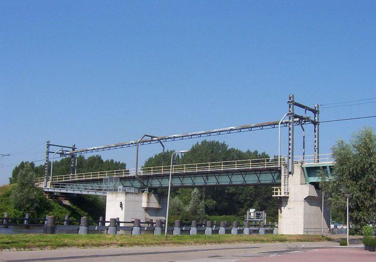 Containerschip vaart tegen brug: staandemastroute gestremd