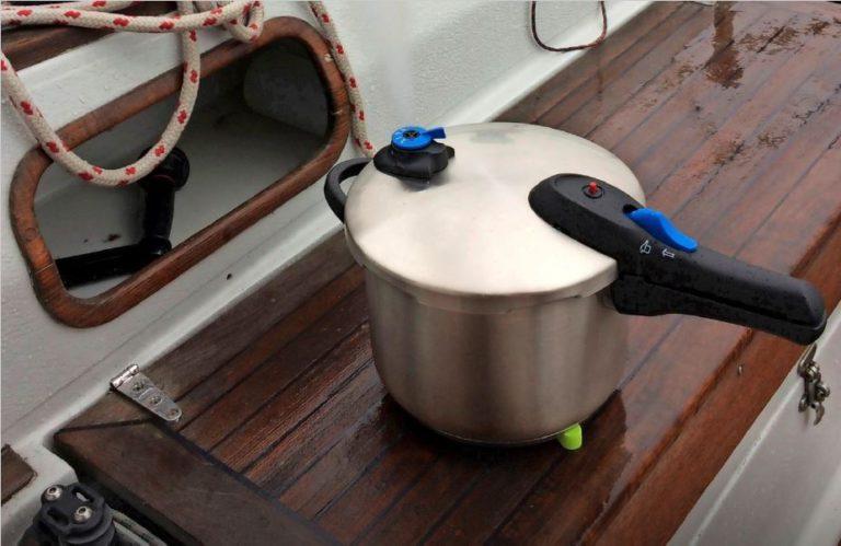 Koken aan boord met de snelkookpan