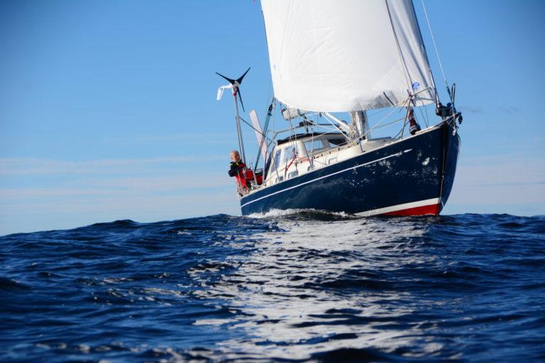 Are Wiig verliest mast in hevige zeeën – Exit Golden Globe