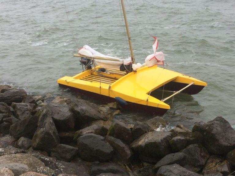 Kleine catamaran aangetroffen nabij Hoorn. Bemanning zoek
