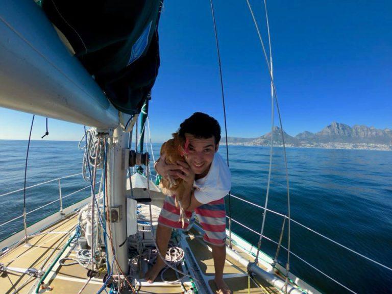 Kip per zeilboot rond de wereld