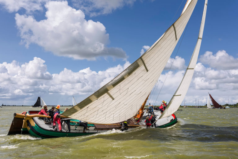 Help skûtsje 'De Tiid Sil 't Leare' aan een nieuwe mast