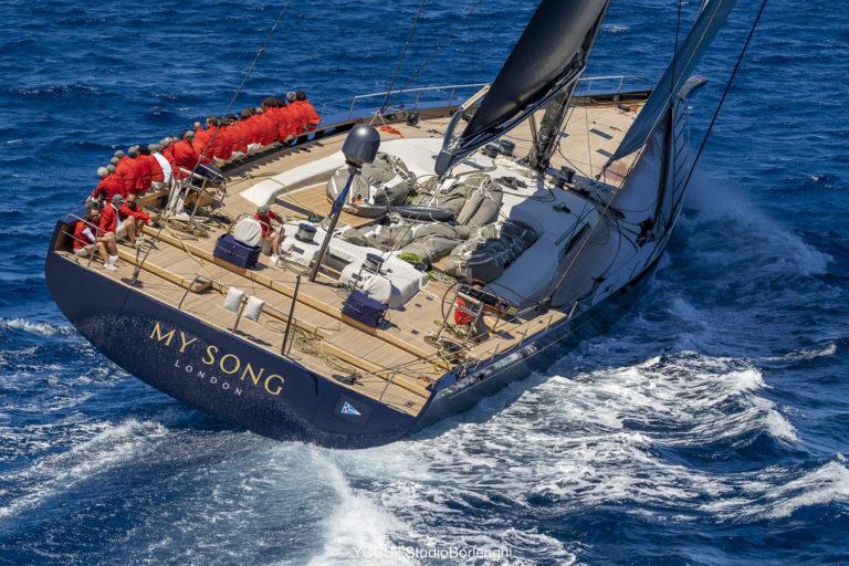 Vrachtschip verliest peperduur zeiljacht