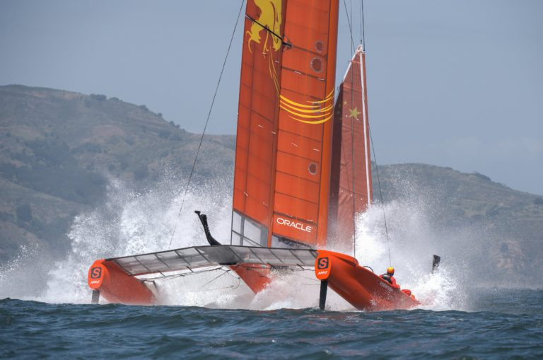Video: Vleugelzeil kapot voor start SailGP San Francisco