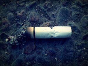 Zó schadelijk zijn sigarettenpeuken en bananenschillen voor de natuur