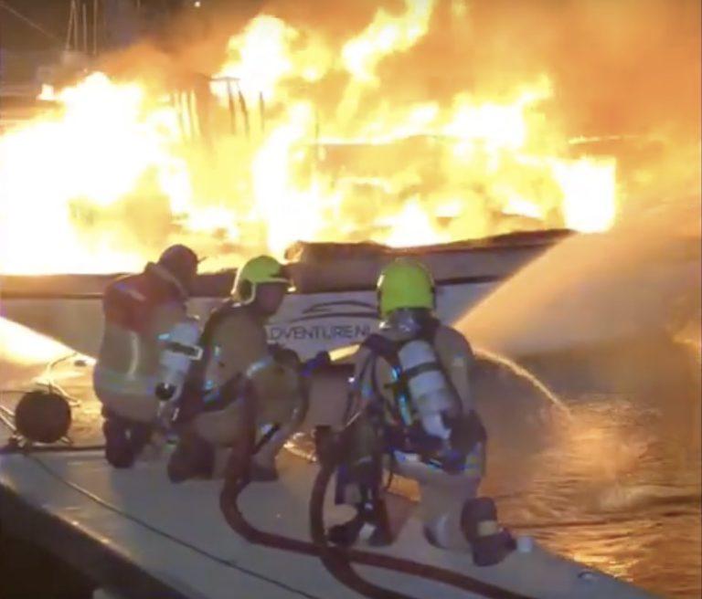 Bekijk de video van de vier boten die in lichterlaaie stonden in Hellevoetsluis