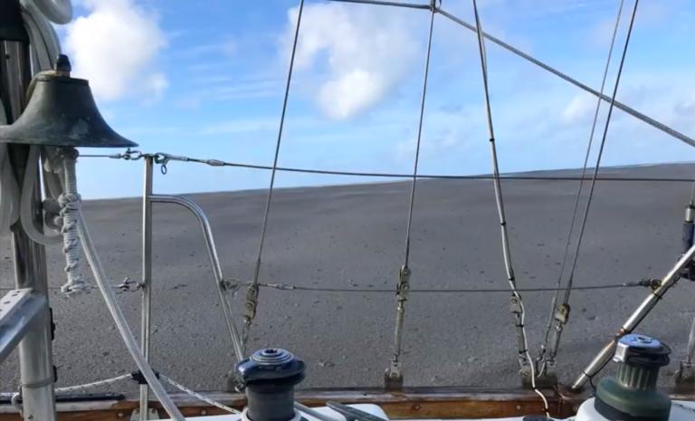 Zeilers passeren reusachtige massa puimsteen op de Stille Oceaan (met video's)