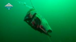 Video: duikers halen auto-onderdelen, reiskoffers en vloerkleden boven water
