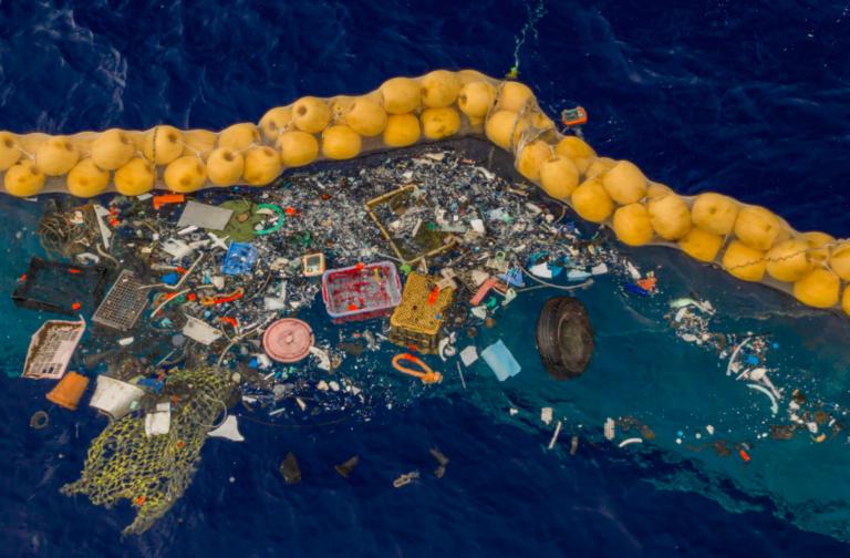 Boyan Slats 'drijvende bezem' vangt plastic (en dieren)