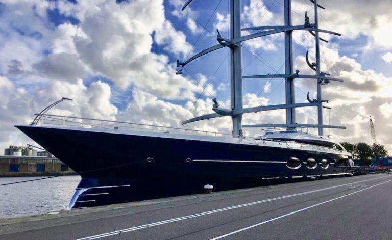106 meter lange superjacht Black Pearl ligt in Amsterdam