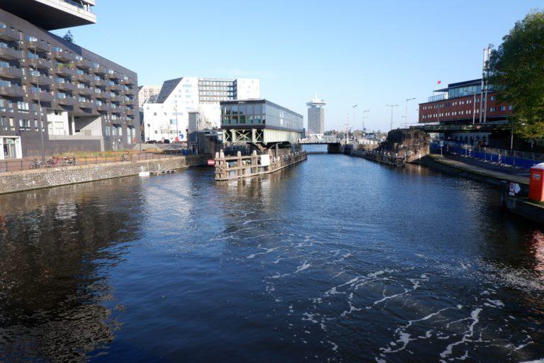 Muur van luchtbellen haalt plastic uit Amsterdamse grachten