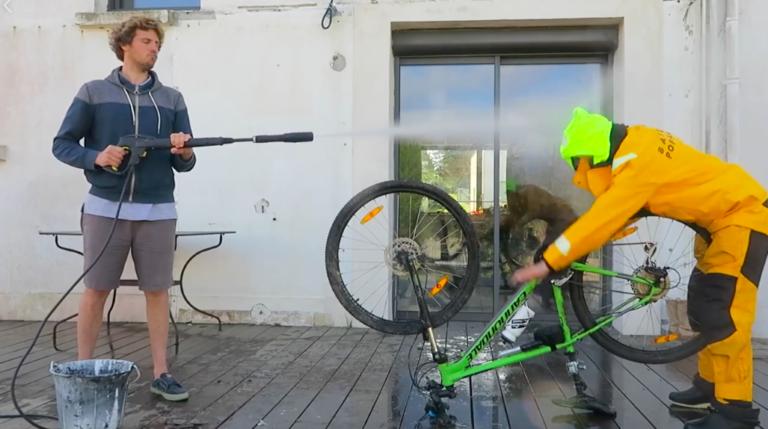 Vendée Globe-zeilster traint op komische wijze in quarantainetijd (video)