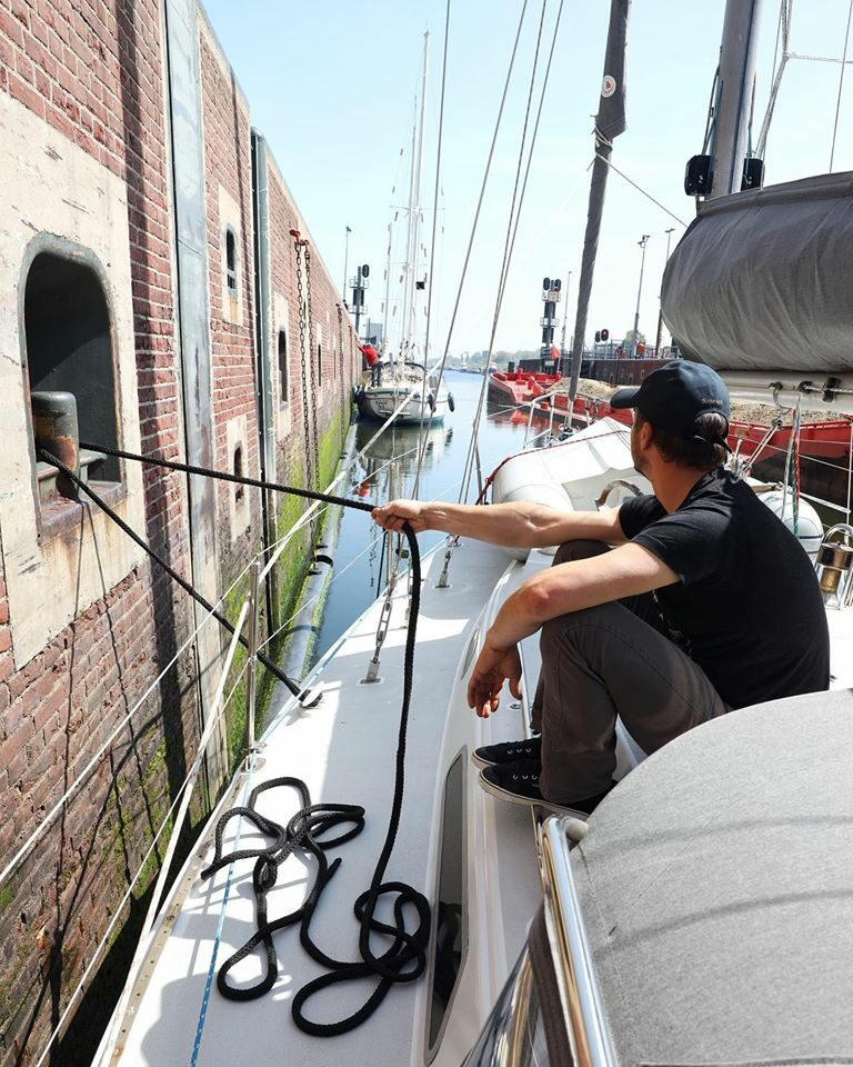 Sailing Uma: Beroemde zeilvloggers maken video in Amsterdam