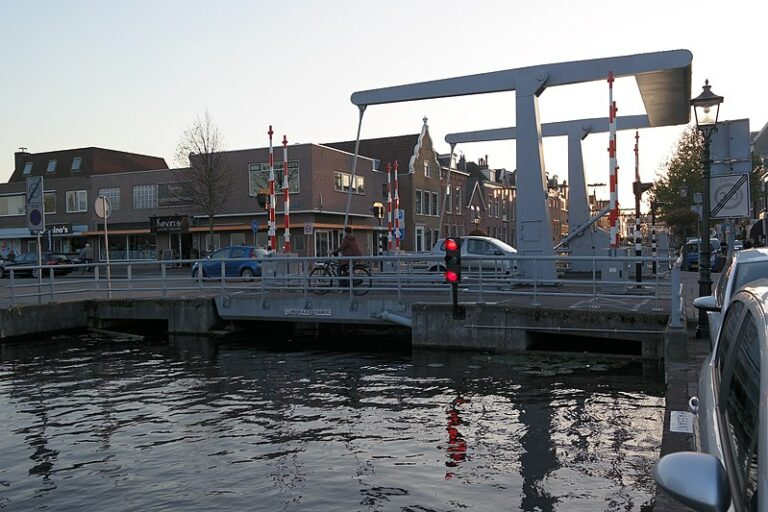 Video: Brugdek in Maassluis stort omlaag
