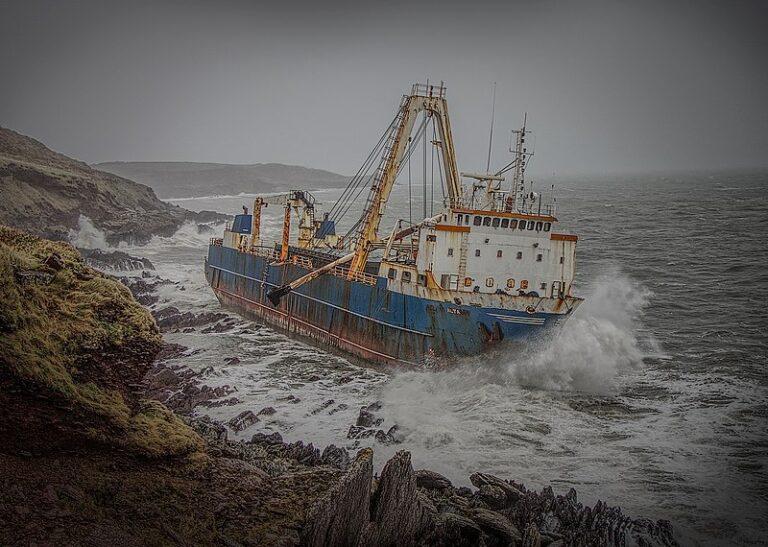 Het kost miljoenen om dit 'spookschip' te bergen, maar voor wie is de rekening?